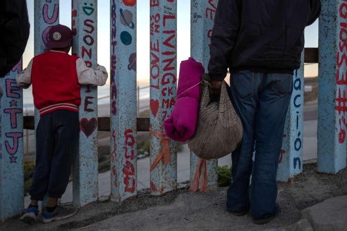 Des migrants de la «caravane» venue d'Amérique centrale, à la frontière avec les Etats Unis, à Tijuana (Mexique), le 15 novembre.