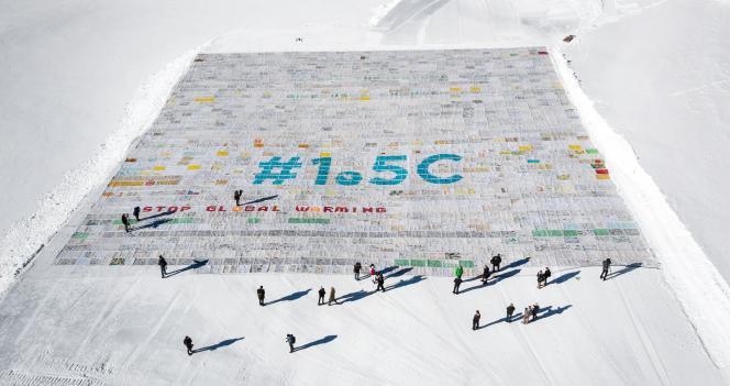 Vue aérienne, le 16 novembre, de la plus grande carte postale du monde, posée en haut du glacier d'Aletsch (Suisse)pour alerter les participants de la COP24 face au réchauffement climatique.