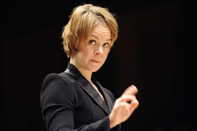 La chef d'orchestre finlandaise Susanna Malkki dirigeant l'Ensemble intercontemporain, à Paris, en novembre 2009.