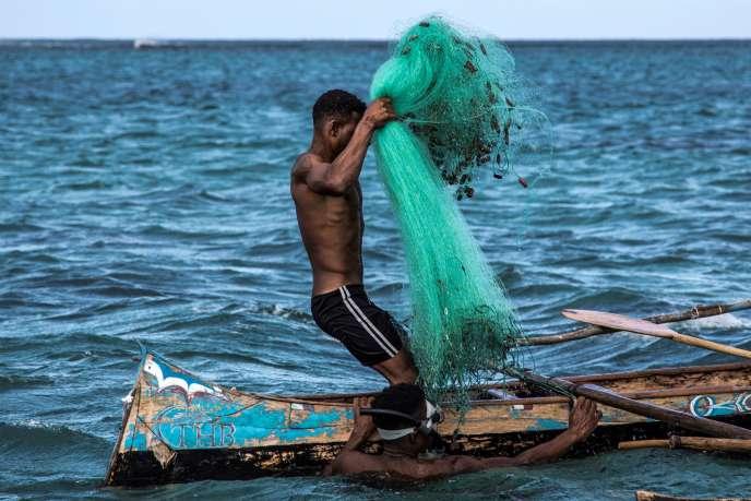 Un pêcheur malgache s'apprête à lancer ses filets à Anakao, sur la côte orientale de Madagascar, le 4 novembre 2018.