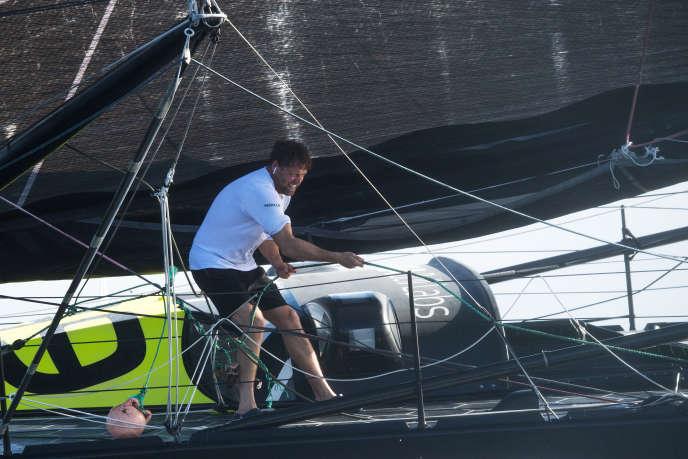 Alex Thompson sur son bateau «Hugo Boss» avant l'arrivée à Pointe-à-Pitre, le 16 novembre 2018