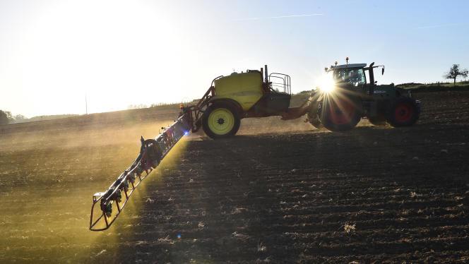 Epandage d'herbicide dans laSarthe, en mai (photo d'illustration).