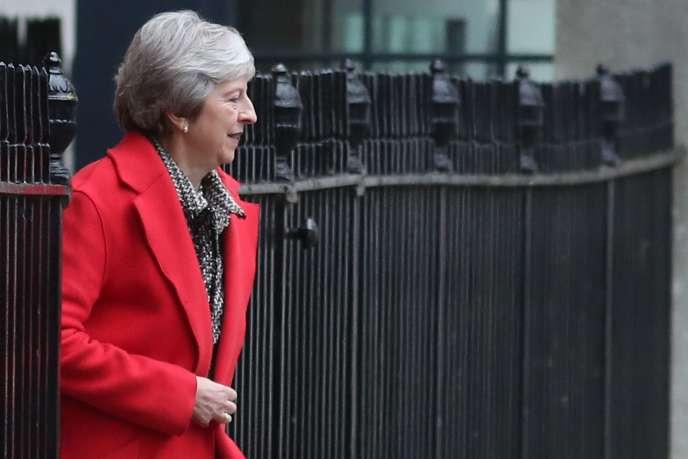 La première ministre Theresa May quitte Downing Street, vendredi 16 novembre.