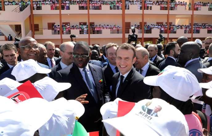 Les présidents sénégalais, Macky Sall, et français, Emmanuel Macron, lors de l'inauguration d'un collège à Dakar, le 2février 2018.