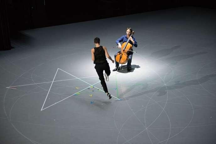 Le violoncelliste Jean-Guihen Queyras dans le spectacle«Mitten wir Im Leben Sind» chorégraphié parAnne Teresa De Keersmaeker.