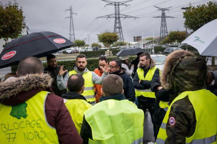 Rassemblement de « gilets jaunes» sur le parking du supermarché Carrefour de Torcy (Seine-et-Marne), le 10 novembre.