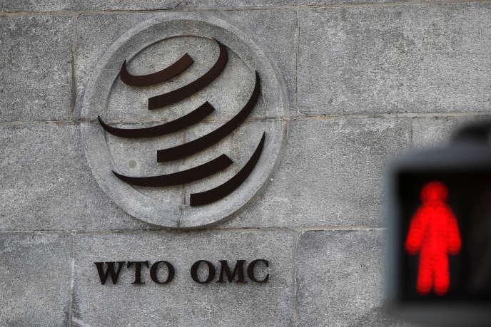 Devant le siège de l'Organisation mondiale du commerce (OMC), à Genève (Suisse), le 2 octobre.