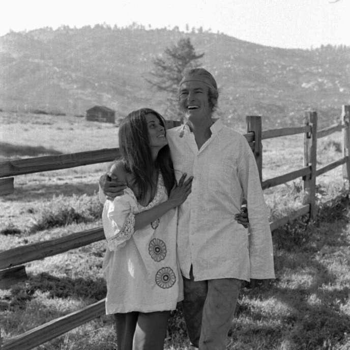 Timothy Leary et sa troisième femme, Rosemary, se promènent dans leur ranch à Mountain Center, en Californie, en mai 1969.