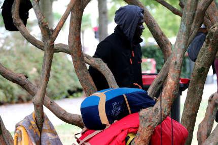 Migrant venu d'Espagne lors de sa halte sur la place des Basques, à Bayonne (Pyrénées-Atlantiques), le 25 octobre.