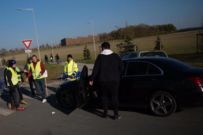 Un conducteur qui tentait de forcer un barrage à l'entrée de la zone commerciale d'Amiens Nord, sort de sa voiture avec une bombe lacrymogène.