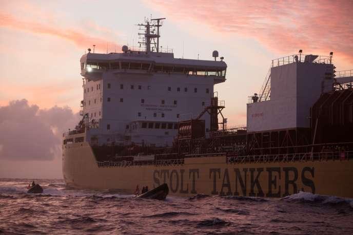 Six militants de Greenpeace sont montés, samedi 17 novembre, à bord de ce navire en provenance d'Indonésie, transportant de l'huile de palme au large de l'Espagne.