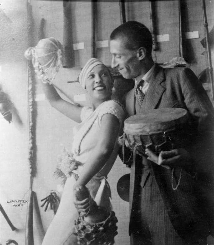 Joséphine Baker et Georges Henri Rivière devant une vitrine de l'exposition sur la mission Dakar-Djibouti au Musée d'ethnographie du Trocadéro, en 1933, photographie de Boris Lipnitzki.