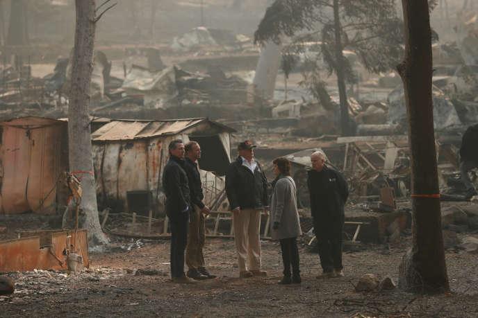 Donald Trump a constaté les ravages de l'incendie Camp Fire, samedi 17 novembre, à Paradise, en Californie.