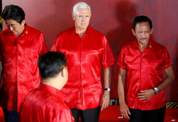 Mike Pence, le vice-président américain, et Xi Jinping (de dos), le président chinois, à Port Moresby, en Papouasie-Nouvelle-Guinée, le 17 novembre.