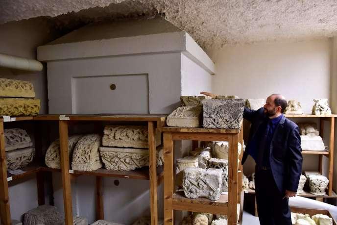 Le coffre (à gauche) où ont été découvert des restes pouvant être ceux de Michel de Montaigne, à Bordeaux, le 16 novembre.