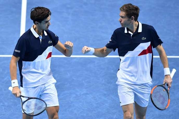 Les Français Pierre-Hugues Herbert et Nicolas Mahut (R) se sont qualifiés pour la finale du Masters en battant, samedi 17 novembre, les Colombiens Juan Sebastian Cabal et Robert Farah.