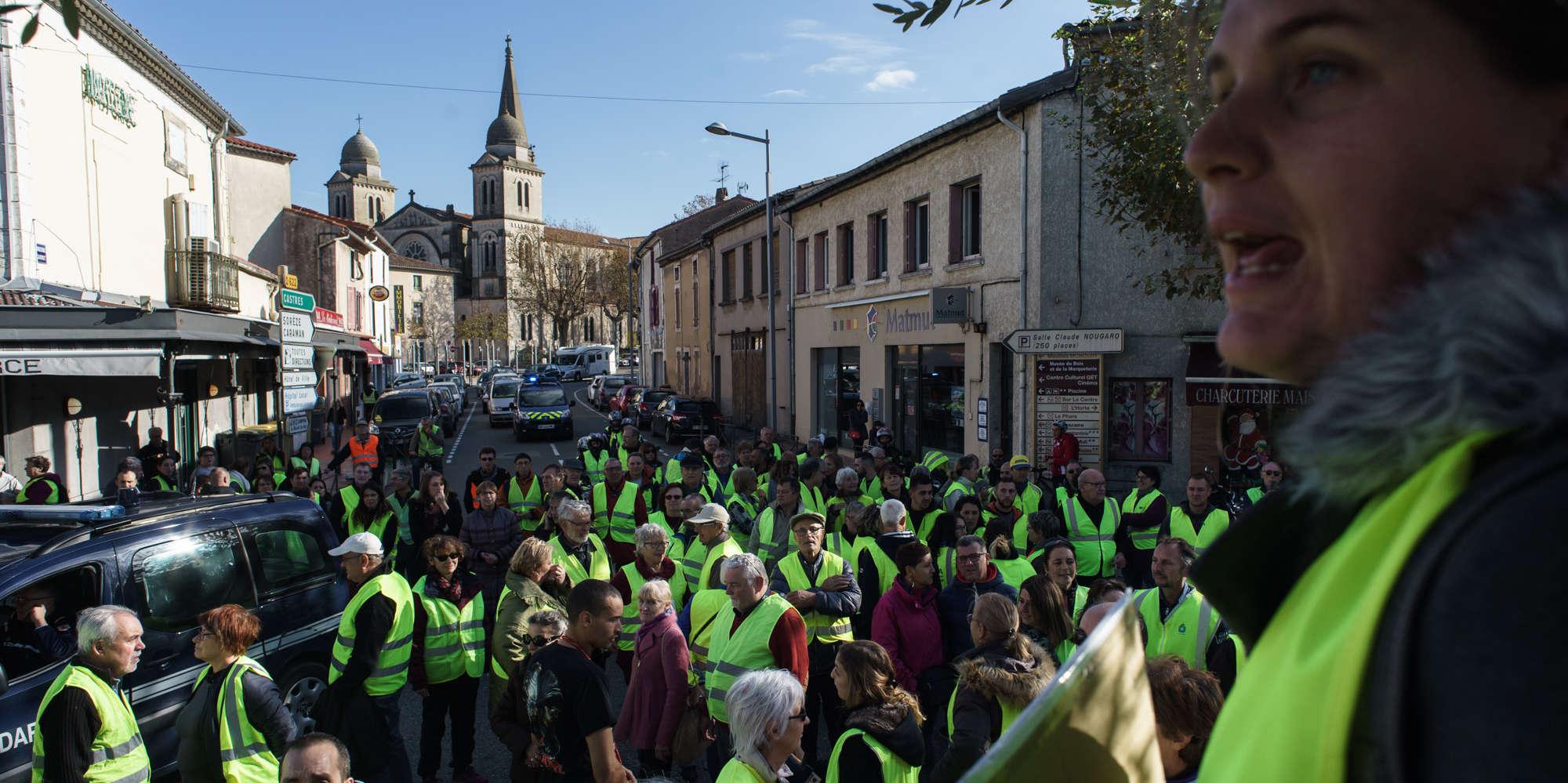 Barrage filtrant des «gilets jaunes»à Revel, Occitanie. Manifestation autour du centre ville.