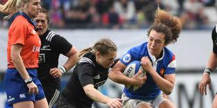 L'ouvreuse Caroline Drouin tente d'échapper à un plaquage lors du test-match contre la Nouvelle-Zélande, à Grenoble, le 17 novembre.
