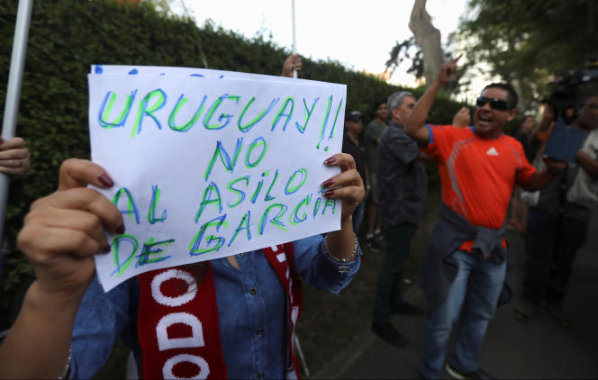 Un manifestant proteste contre la demande d'asile de l'ancien présient du Pérou, Alan Garcia, accusé d'avoir touché des pots-de-vin de la part du géant brésilien Odebrecht,devant la résidence de l'ambassadeur urugayen à Lima, le 18 novembre.
