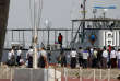 Des Rohingya détenus montent le 18 novembre dans un bateau pour être rapatriés dans les camps de l'Etat Rakhine (ou Arakan), en Birmanie.