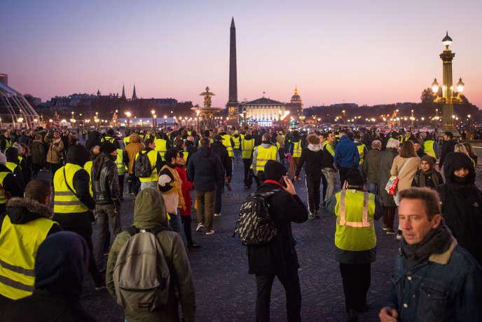 Paris, France le 17 novembre 2018 : rassemblement de gilets jaunes rue Royale, à proximité de l'Elysée. Les manifestants retournent vers la place de la Concorde après avoir échoué à approcher de l'Elysée.