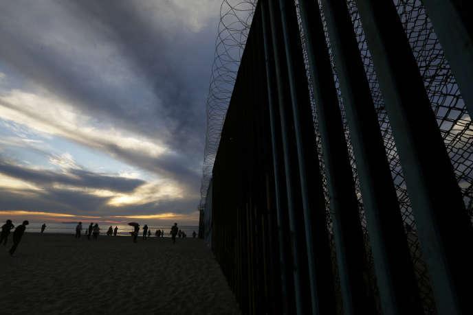 La frontière entre le Mexique et les Etats-Unis, au bord du Pacifique, où sont stationnés 5900 soldats américains.