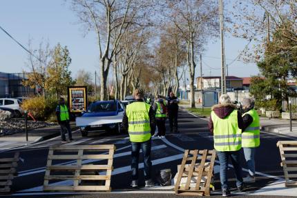 Le mouvement citoyen des «gilets jaunes»filtre la circulation sur la route principale vers Toulouse, à Revel (Haute-Garonne), le 17 novembre.