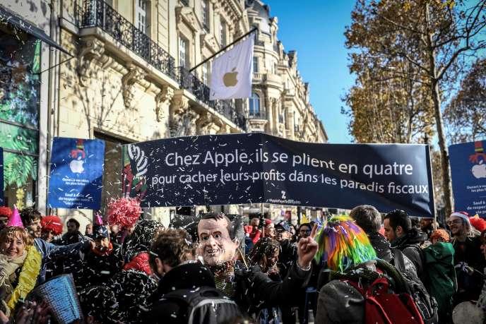 « Apple, paye tes impôts ! » : Attac manifeste contre l'ouverture d'un magasin à Paris