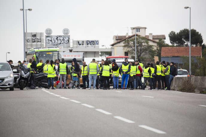 Mobilisation des « gilets jaunes » sur l'A50. Un groupe de soixante personnes filtrent les véhicules, à Marseille, le 17 novembre.