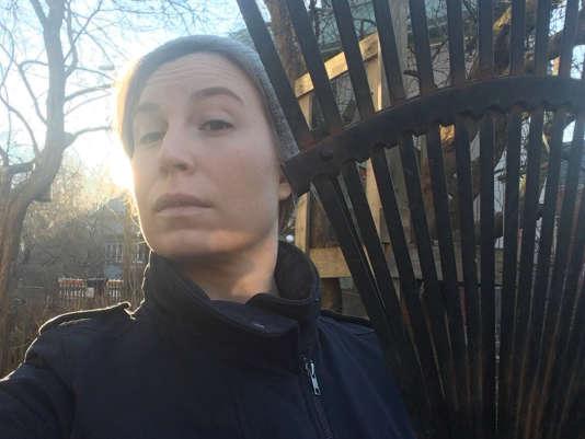Une Finlandaise réagit aux déclarations du président états-unien, Donald Trump, enposant avec son râteau à Turku, le 18 novembre.