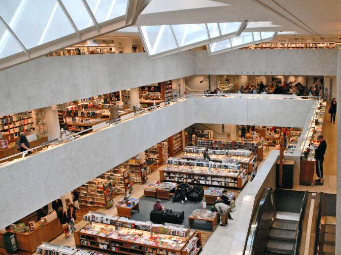 L'Academic Bookshop du grand magasin Stockmann, conçue par l'architecte Alvar Aalto, entre 1962 et 1969, avec ses grands quadrilatères irréguliers.
