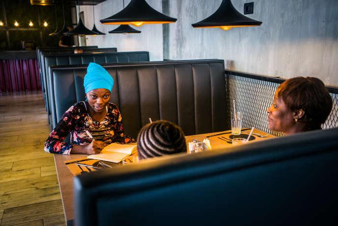 Dans un café de Conakry, en décembre 2017, la Guinéenne Hadja Idrissa Bah discute avec une adolescente et sa mère qui ont appelé au secours son Club après le viol de la jeune fille.