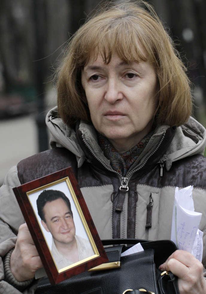 Nataliya Magnitskaya, la mère de Serguei Magnitsky, montrant une photo de son fils, le 30 novembre 2009 (AP Photo/Alexander Zemlianichenko, File)