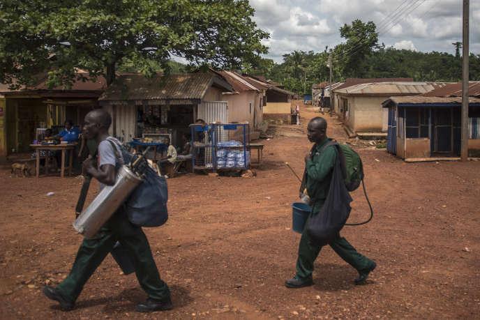 Des employés d'Anglogold Ashanti Malaria répandent de l'insecticide dans le village d'Odumase, au Ghana, le 2mai 2018.
