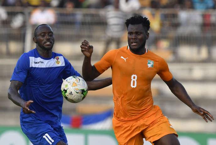 L'Ivoirien Franck Kessie (à droite) et le Centrafricain Franklin Anzite lors d'un match de qualification pour la Coupe d'Afrique des nations 2019, à Bouaké, le 12 octobre 2018.