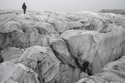 Un glaciologue au-dessus du glacier Baishui, en Chine, en septembre 2018.