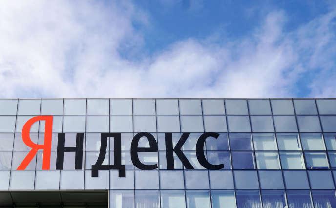Devant le siège du moteur de recherche russe, Yandex, à Moscou, le 4octobre.