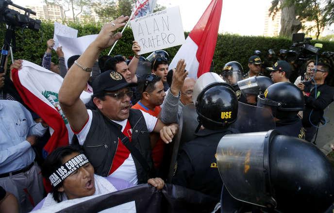 Manifestation hostile à l'ex-présidentAlan Garcia, devant la résidence de l'ambassadeur de l'Uruguay à Lima, le 18 novembre.