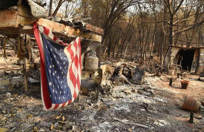 Un drapeau américain accroché à un mobile-home détruit par le« Camp Fire», àParadise, en Californie, le 18 novembre 2018.