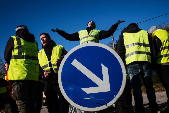 17 novembre 2018, journée de manifestation des «gilets jaunes»par des blocages d'axes routiers à travers toute la France, comme ici sur la D1916,entre Bar-le-Duc et Verdun.
