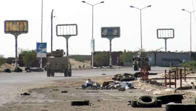 Des véhicules blindés des forces gouvernementales yéménites àHodeïda, le 18 novembre 2018.