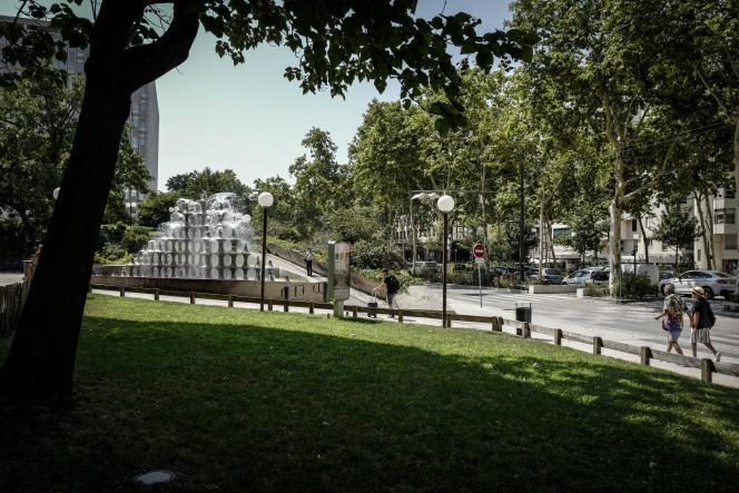 Transformée en voie douce pour les piétons et les cyclistes et capable de retenir un peu l'eau, la rue Garibaldi, à Lyon, le 25 juillet.