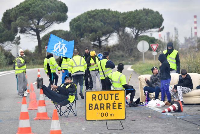 Des« gilets jaunes» brandissent un drapeau de l'OM à Fos-sur-Mer, lundi 19 novembre 2018.