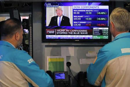 Donald Trump sur les écrans de la Bourse de New York, le 7 novembre : pour l'instant, sa réforme fiscale a surtout bénéficié aux actionnaires.