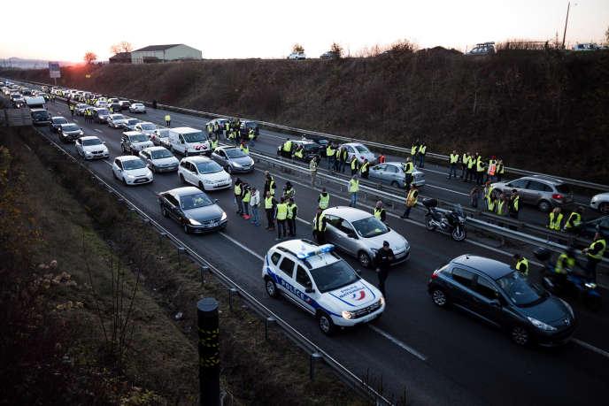 A Margny-lès-Compiègne, le 17 novembre 2018, journée de mobilisation et de blocage national des « gilets jaunes ». Une partie de la N1031 est bloquée dans les deux sens depuis le début de l'après-midi.