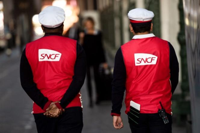 Des agents de la SNCF à la gare de Lyon, à Paris, en avril 2018.