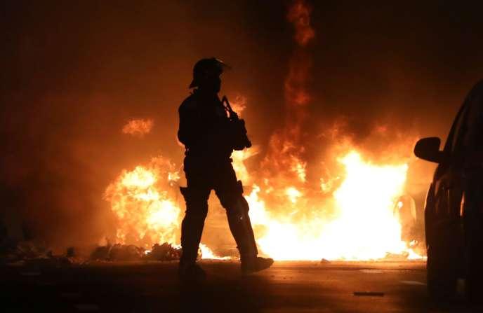 L'île a connu, lundi, une nouvelle nuit de violences avec, notamment, des affrontements entre groupes de jeunes et les forces de l'ordre.