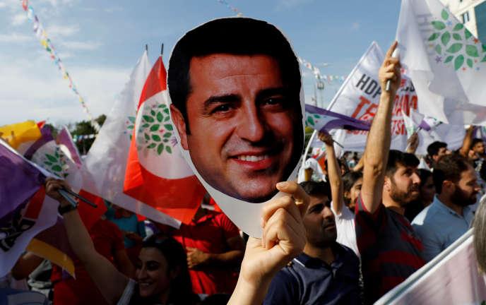 Un partisan du Parti démocratique des peuples(HDP), formation prokurde, brandit un masque à l'effigie de son ancien leader en prison,Selahattin Demirtas, lors d'une manifestation à Ankara, en Turquie, le 19 juin 2018.