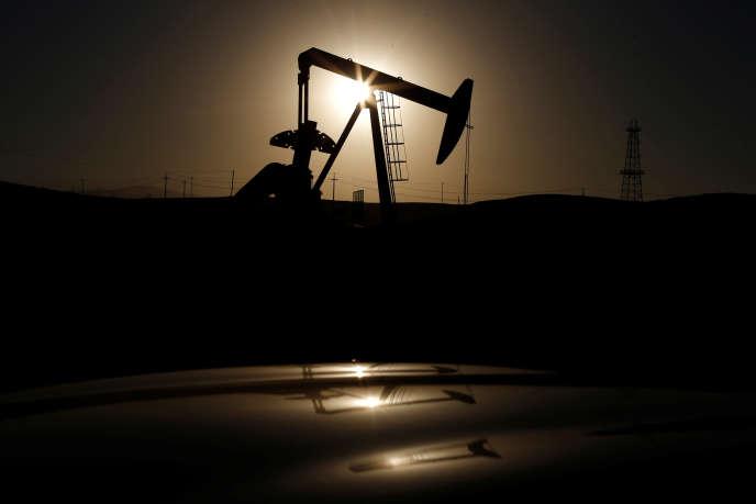 Une station de pompagne de pétrole à Bakersfield (Californie), en octobre 2014.