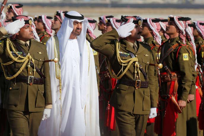 Le prince héritier d'Abou Dhabi, Mohammed Ben Zayed Al-Nahayan, passe en revue une garde d'honneur à l'aéroport militaire d'Amman, en Jordanie, le 20 novembre 2018.